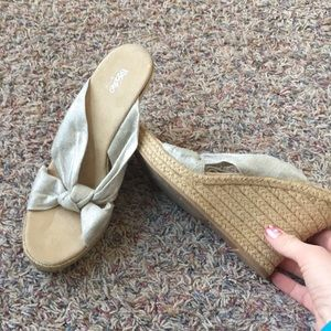 Never worn Mossimo cream and gold wedges 9.5